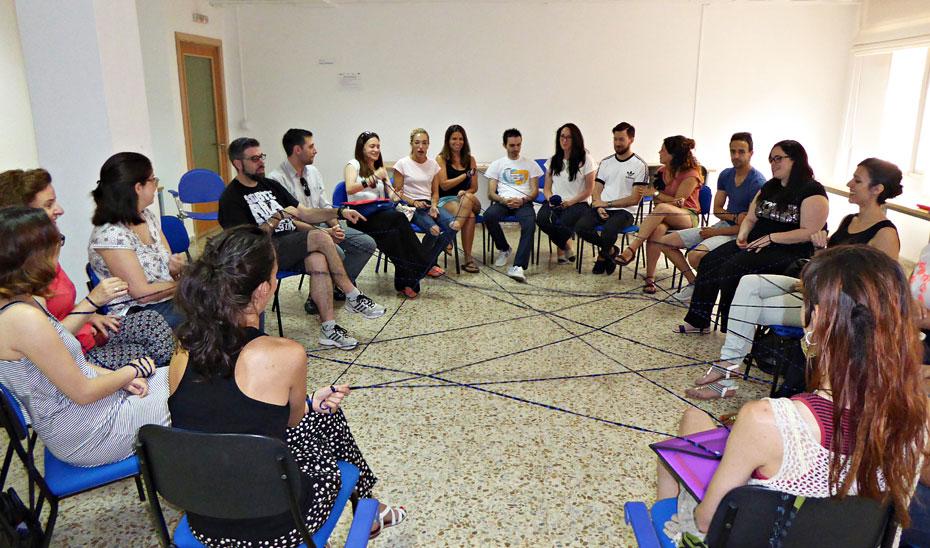 Las personas seleccionadas se reúnen en locales cedidos por cada ayuntamiento. En la imagen, la lanzadera de Granada.
