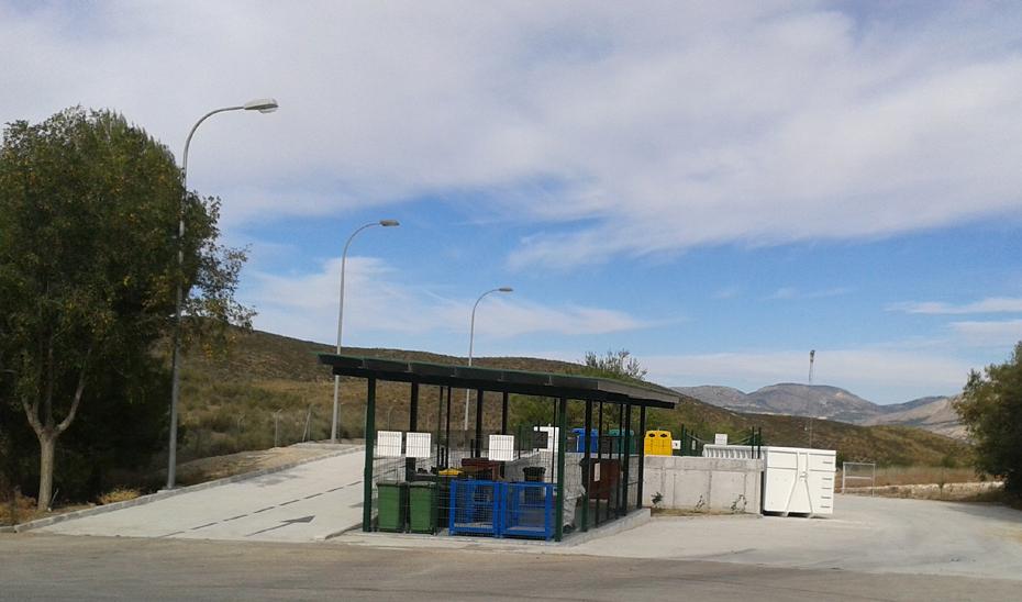 Los puntos limpios son lugares acondicionados para la recepción y acopio de residuos domésticos, aportados por particulares y que no deben ser depositados en los contenedores habituales situados en la vía pública.