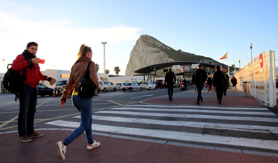 Trabajadores andaluces a punto de cruzar la verja para ir a trabajar en Gibraltar. (Foto: Efe)