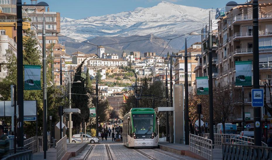 Metro de Granada en funcionamiento por el trazado urbano de la capital.