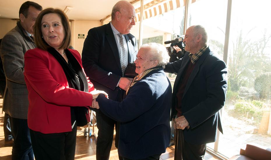 María José Sánchez Rubio, durante la visita que ha realizado a la Residencia de Mayores de Armilla (Granada) para conocer el estado de las obras de ampliación y modernización.