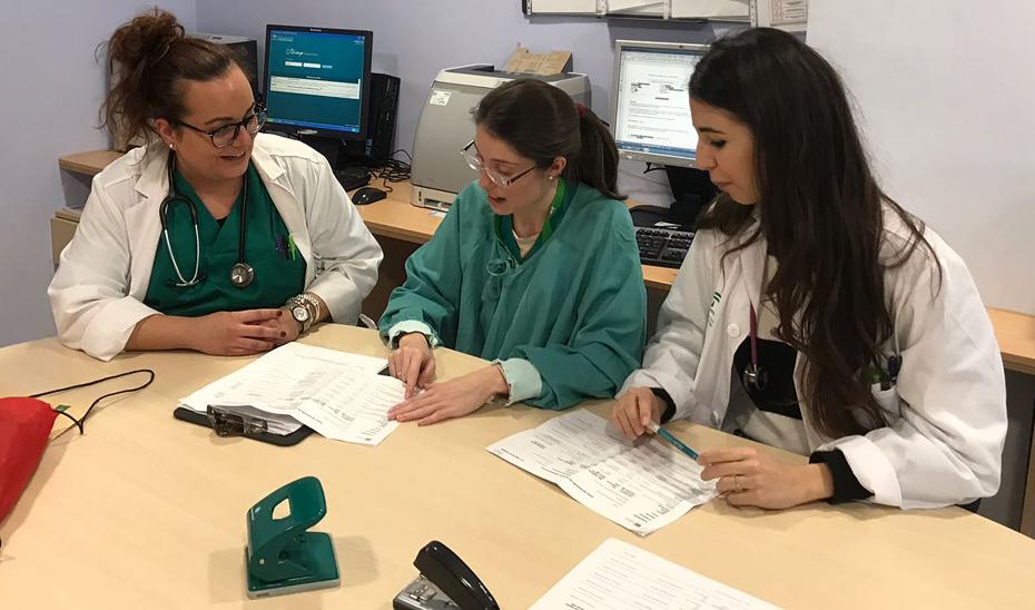 Imagen de archivo de médicas residentes culminando su formación en el Servicio Andaluz de Salud.