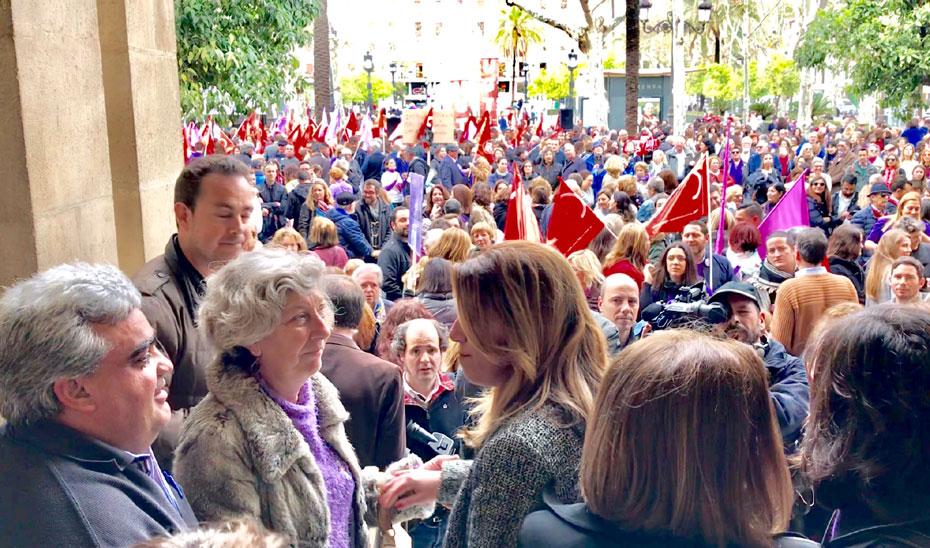 La presidenta Susana Díaz saludando a una de las manifestantes en la concentración del 8M celebrada en Sevilla.