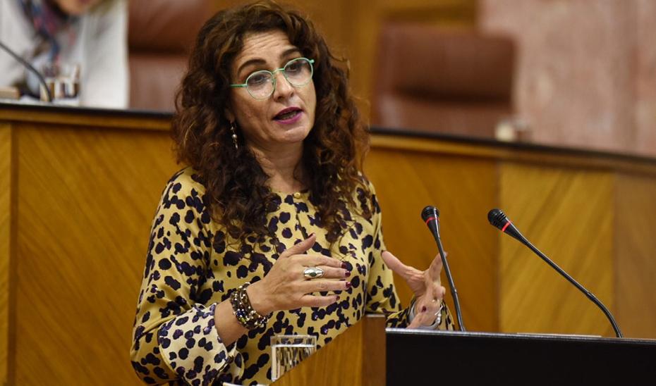 María Jesús Montero, consejera de Hacienda, desde la tribuna del salón de plenos del Parlamento andaluz.
