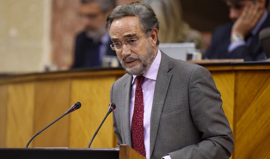 El consejero Felipe López, durante su intervención en la tribuna del Salón de Plenos del Parlamento de Andalucía.