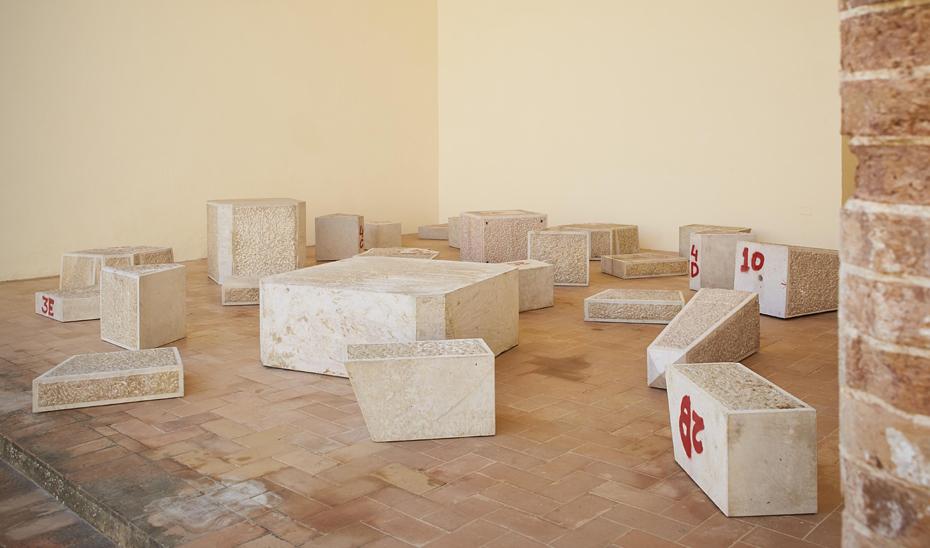 Found Dead (Hallado muerto), del artista vasco Ibon Aranberri, expuesta en el Centro Andaluz de Arte Contemporáneo.