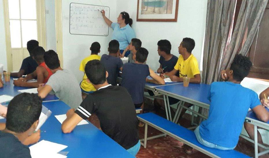 Menores no acompañados en el aula de uno de los centros.