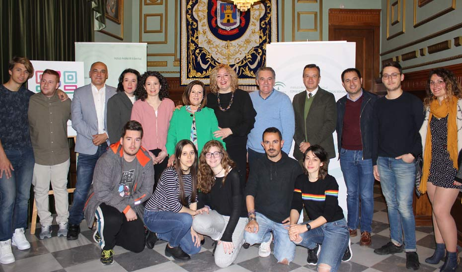 La consejera de Igualdad y Bienestar Social, en el centro de la imagen, tras la presentación de \u0027Código Joven\u0027 en Motril (Granada), donde se llevarán a cabo siete actividades.
