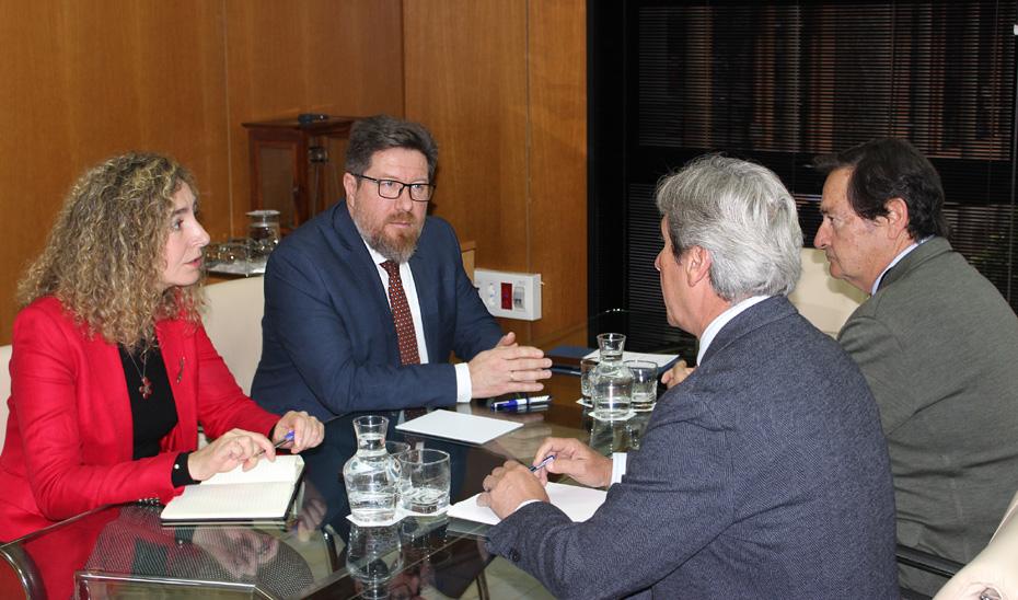 El consejero de Agricultura, Pesca y Desarrollo Rural, Rodrigo Sánchez Haro, durante la reunión con representantes de Asemesa.