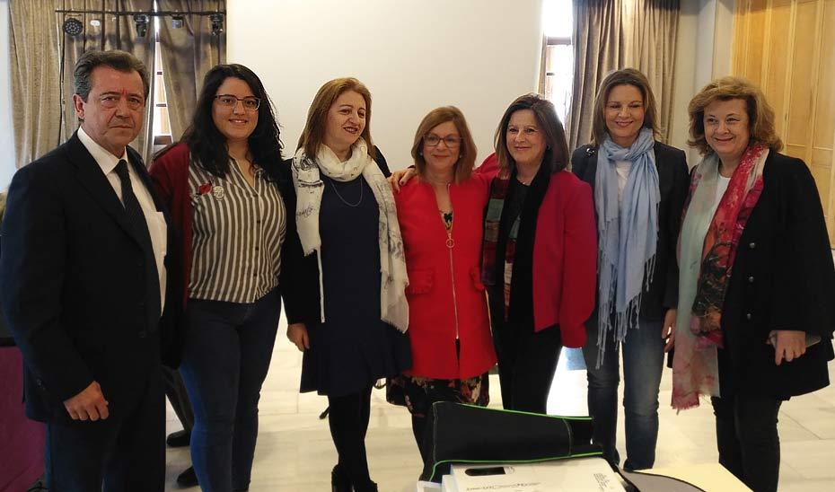 María José Sánchez Rubio, tercera por la derecha, tras la inauguración de la V Jornada de Formación del Voluntariado, Participación y Trabajo en Red en Linares.