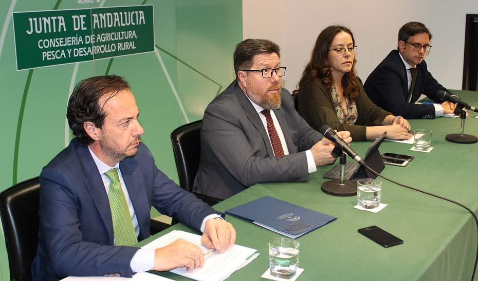 Rodrigo Sánchez Haro, segundo por la izquierda, durante la comparecencia ante los medios para informar sobre la detección del caso de Xylella.