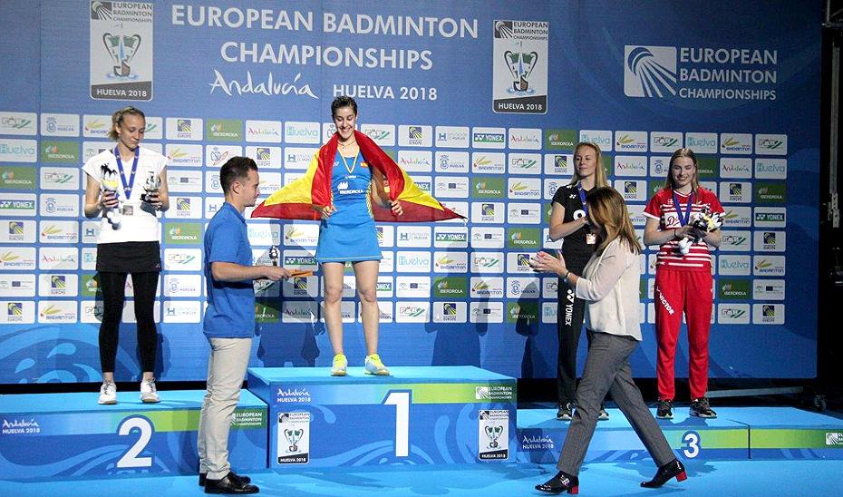 Susana Díaz entregó la medalla de Oro a Carolina Marín, tetracampeona de Europa de bádmiinton.