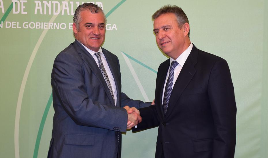 Javier Carnero junto al director territorial de Endesa en Andalucía, Francisco Arteaga.