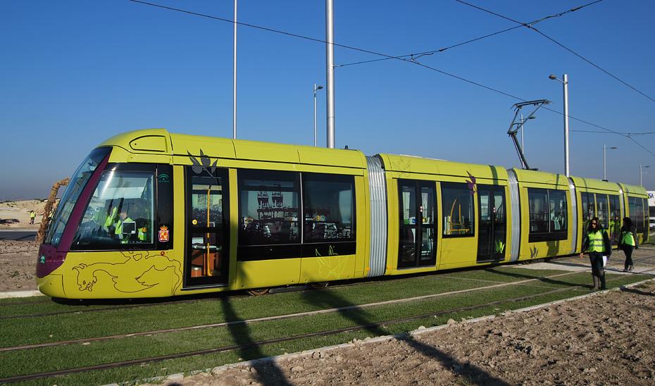 Un convoy del tranvía de Jaén circula por la capital en fase de pruebas.
