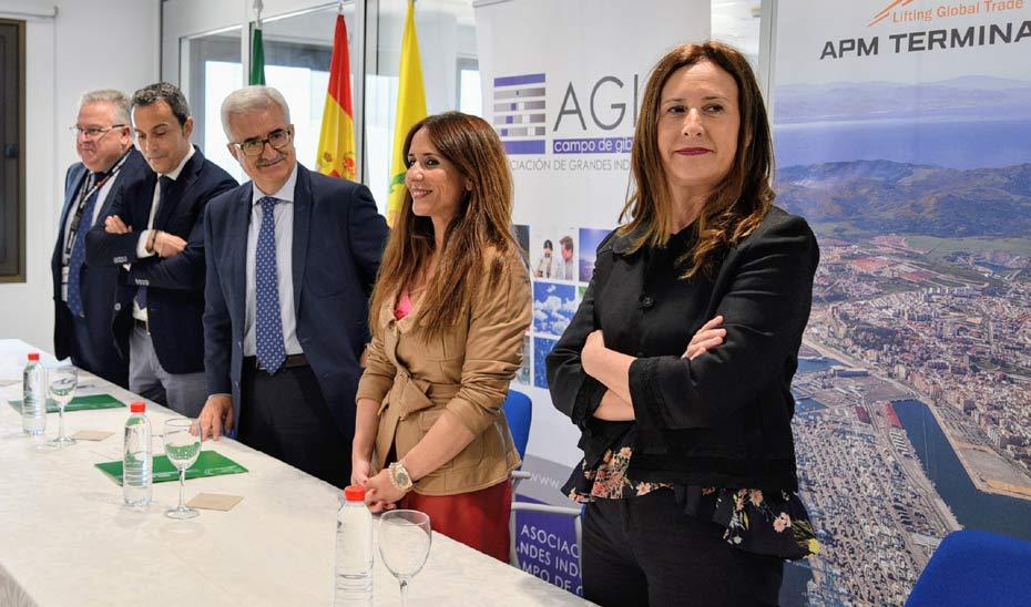 Jiménez Barrios, en el centro de la mesa, durante la firma de los dos protocolos con AGI del Campo de Gibraltar.