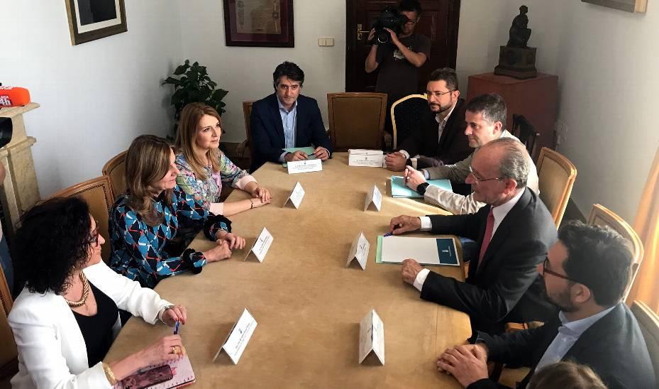 Un momento de la reunión entre la consejera de Salud y el alcalde de Málaga.