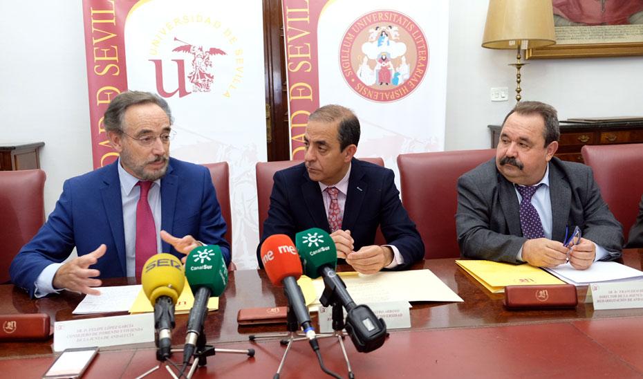 Felipez López, a la izquierda, tras la firma del convenio con el rector de la US, Miguel Ángel Castro, en el centro.