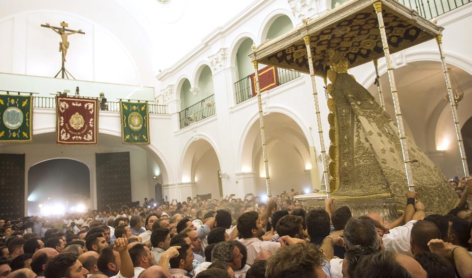 El Plan Aldea vela por la seguridad en El Rocío en los días de mayor afluencia de público. (Foto EFE)
