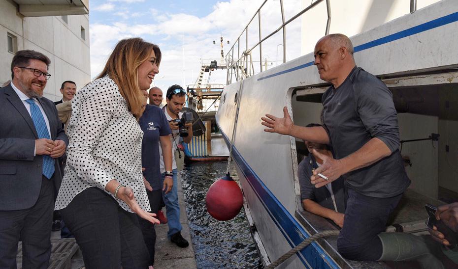 Susana Díaz ha visitado la zona del muelle del Puerto de Almería coincidiendo con la llegada de embarcaciones.