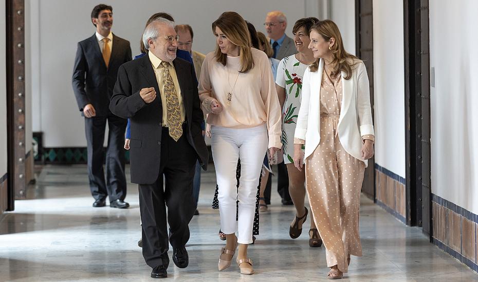 Díaz, en el centro, camino de la reunión con los representantes de las sociedades científicas de atención primaria.