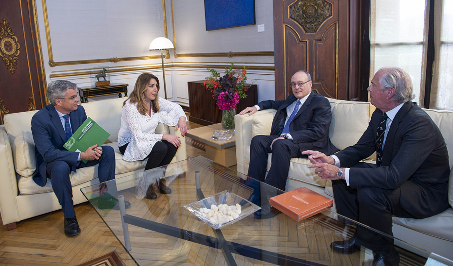 Susana Díaz, durante la reunión con el gobernador del Banco de España, Luis María Linde.