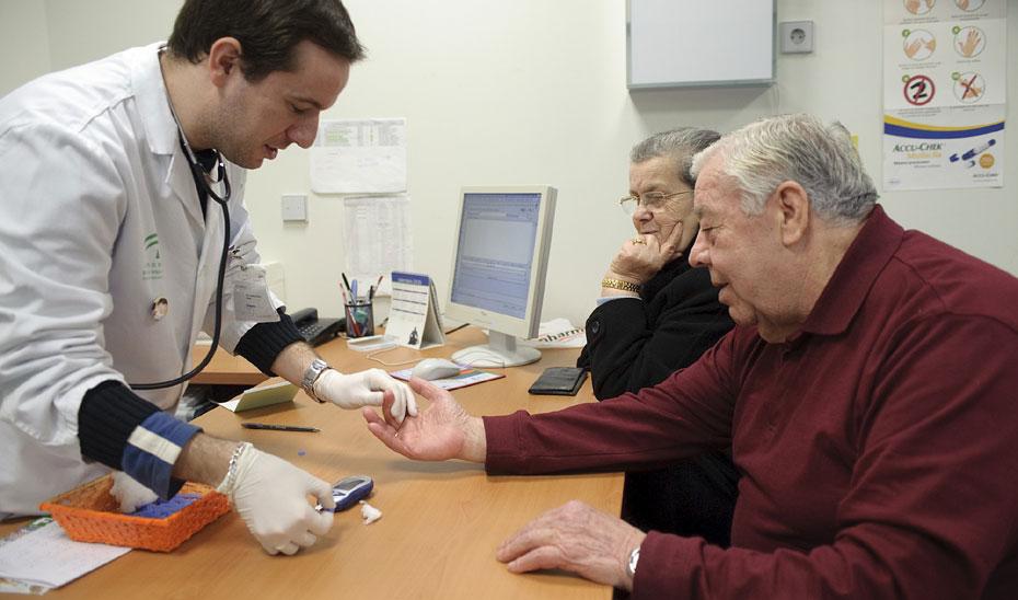 Un médico de familia atiende a un paciente en una consulta.