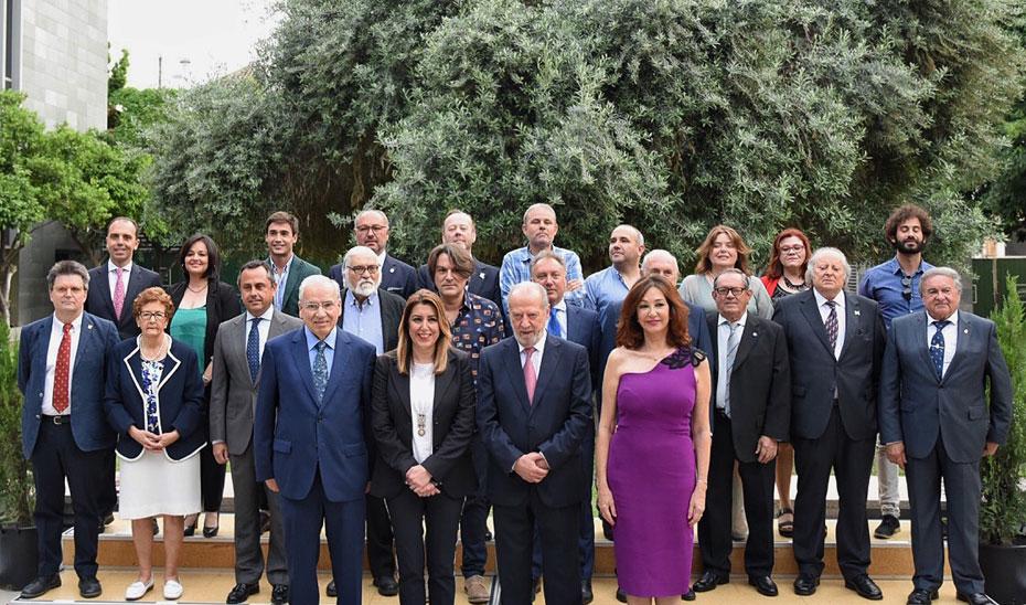 Susana Díaz comparte foto de familia con las personalidades reconocidas con motivo del Día de la Provincia de Sevilla.