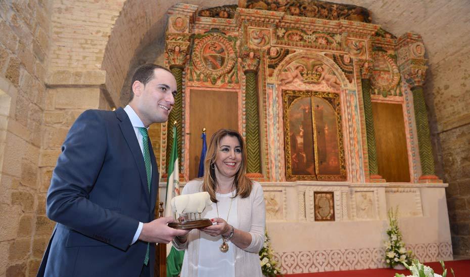 En su visita a Arjona, Díaz ha firmado en el Libro de Honor de la localidad y el conocido el Santuario de la Sagrada Reliquia.