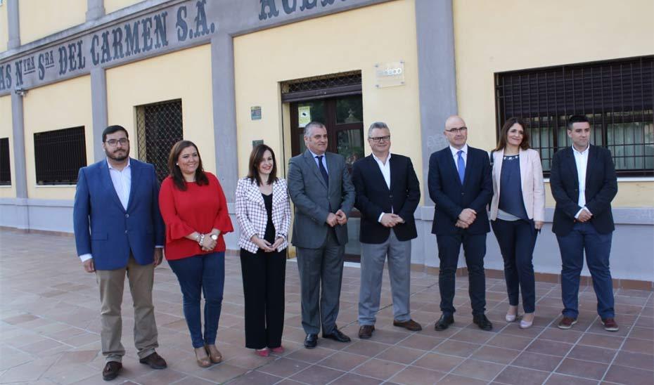 Javier Carnero, quinto por la izquierda, durante su visita al Taller de Empleo de Puente Genil.