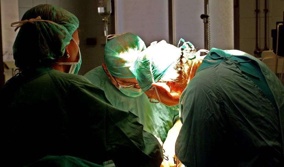 Prefesionales del SAS durante una intervención quirúrgica.