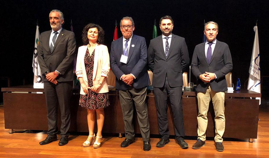 El consejero de Turismo, acompañado del resto de autoridades, durante el acto de inauguración del congreso de Cehat en Málaga.