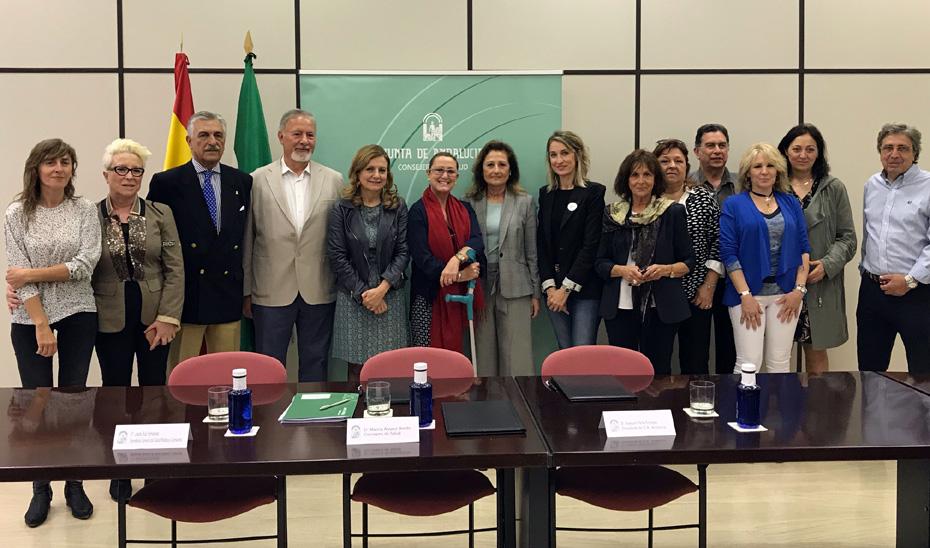 La consejera de Salud, Marina Álvarez, junto a representantes de la Asociación de Esclerosis Lateral Amiotrófica de Andalucía (ELA Andalucía).