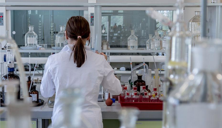 El 40,5 % del total de personas dedicadas a la I+D en Andalucía son mujeres, por encima de la media nacional (40 %).