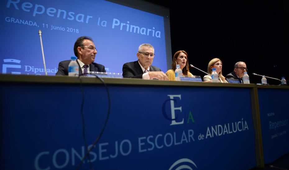La consejera de Educación, Sonia Gaya, ha informado en el pleno del Consejo Escolar de Andalucía que el próximo curso 2018/19 se aumentará la plantilla docente en 500 maestros para reforzar la Educación Primaria.