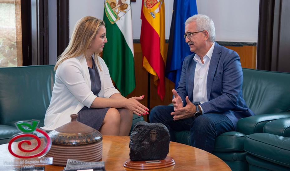 El vicepresidente de la Junta y consejero de la Presidencia, Administración Local y Memoria Democrática, Manuel Jiménez Barrios, durante la reunión con la alcaldesa de Alcalá de Guadaira, Ana Isabel Jiménez.