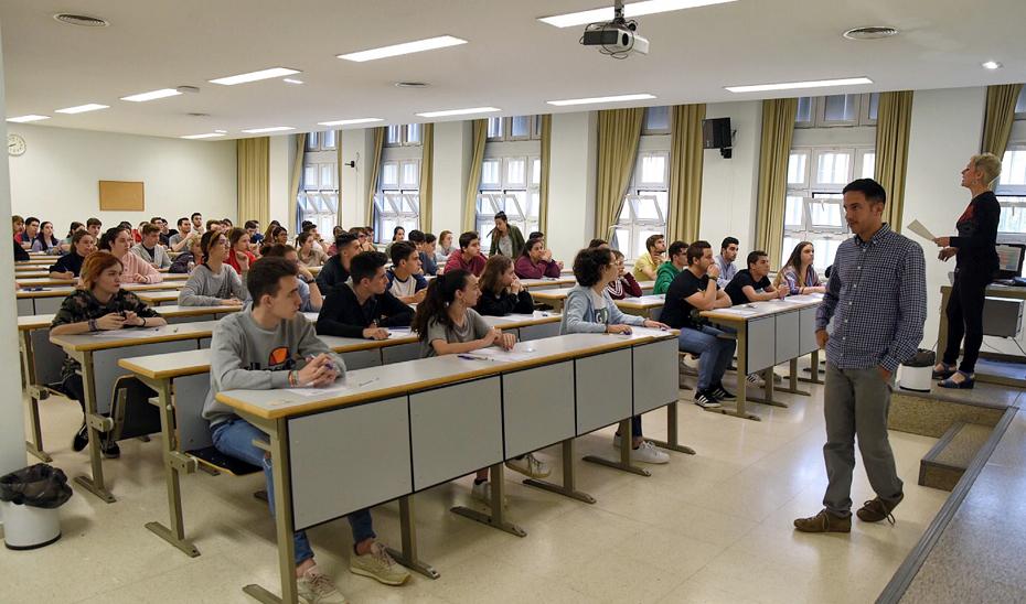 Alumnos sevillanos atendiendo las indicaciones de una profesora antes de comenzar un examen de Selectividad.