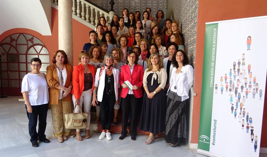 Rosa Aguilar, en el centro, tras la reunión con las personas representantes de entidades sociales de prevención de violencia de género.