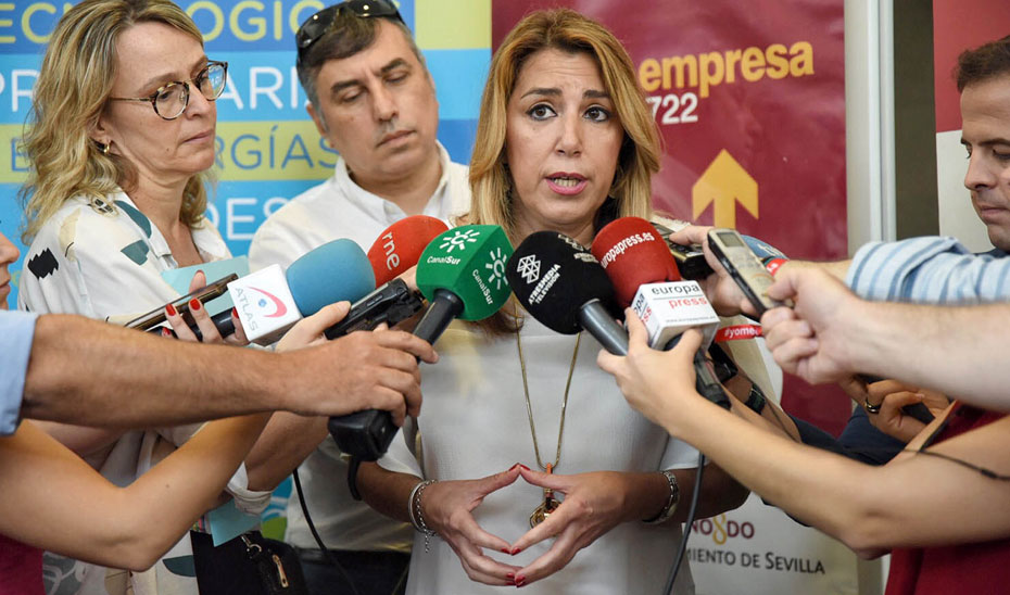 Susana Díaz atendiendo a los medios de comunicación.