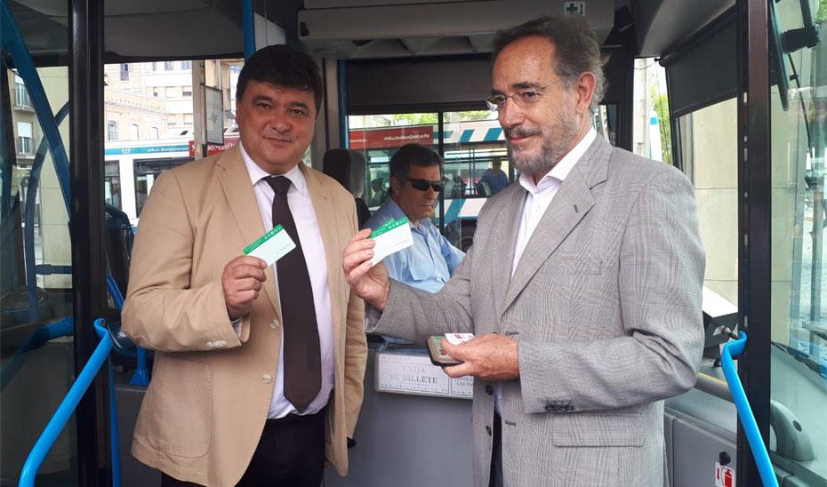 El consejero de Fomento, Felipe López, junto al alcalde de Huelva, Gabriel Cruz presentado la integración tarifaria.