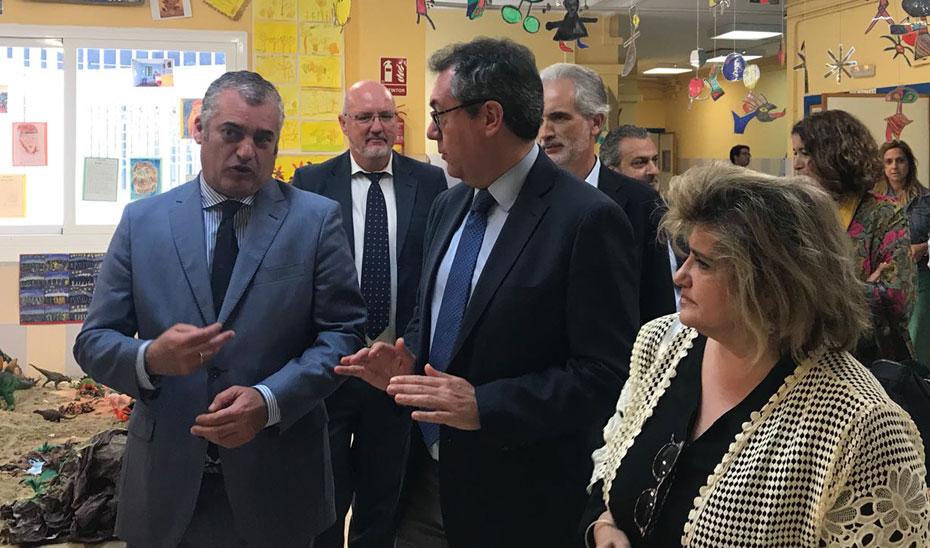 El consejero de Empleo y el alcalde de Sevilla, Javier Carnero y Juan Espadas, durante la visita al centro escolar.