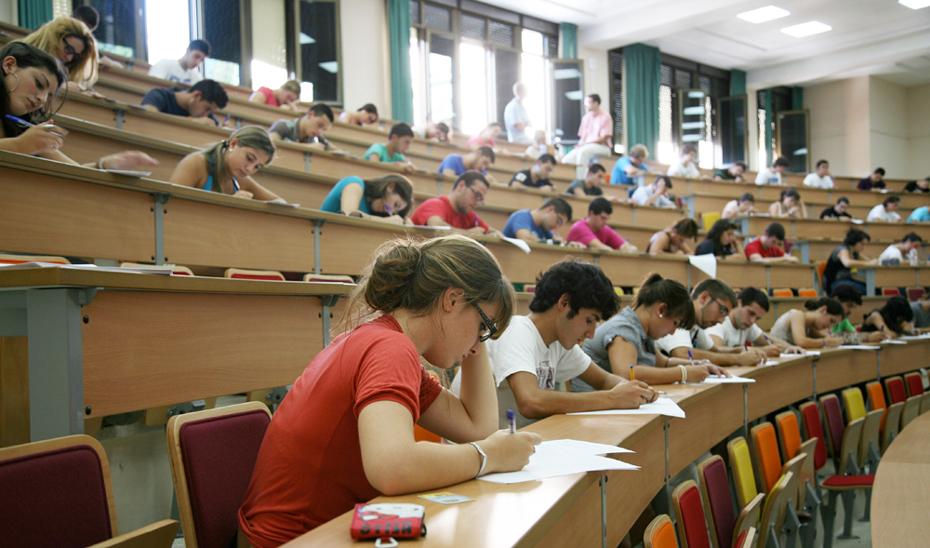 Alumnos realizan las Pruebas de Evaluación de Bachillerato para el Acceso a la Universidad (PEvAU), que han empezado este martes 11 de junio.