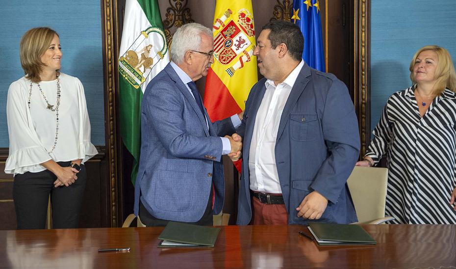 Manuel Jiménez Barrios y Mario Alonso, tras la firma del convenio.