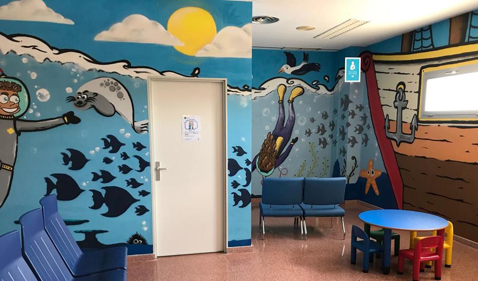 Nueva sala de espera decorada con un mural del grafitero local Luis Javier Martínez.