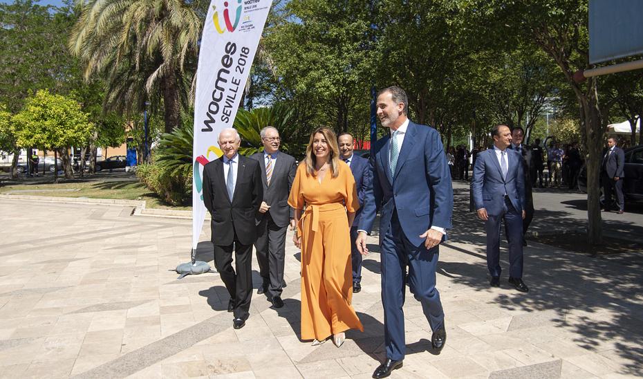 La presidenta de la Junta, junto al rey Felipe VI, a su llegada a la Fundación Tres Culturas, en Sevilla.