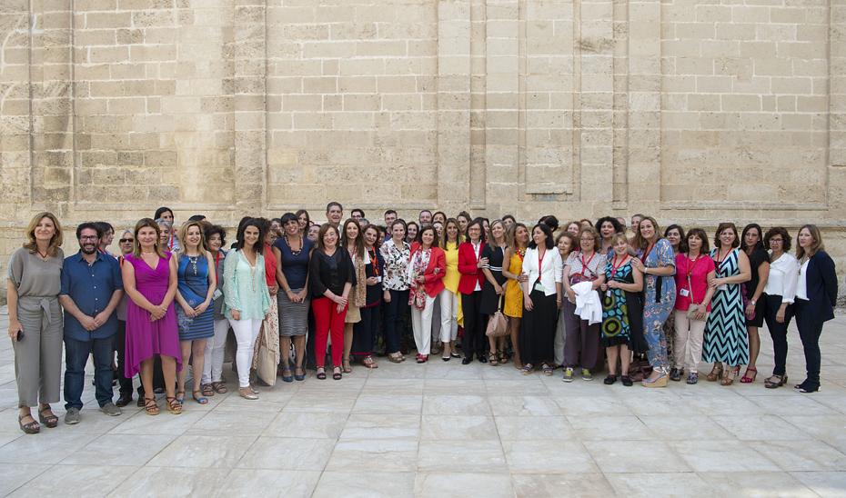 Junto a la presidenta y consejeras, representantes de colectivos que luchan contra la violencia de género en Andalucía.