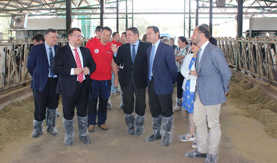 Rodrigo Sánchez Haro, junto al ministro Luis Planas y el resto de autoridades, en las instalaciones de Covap.