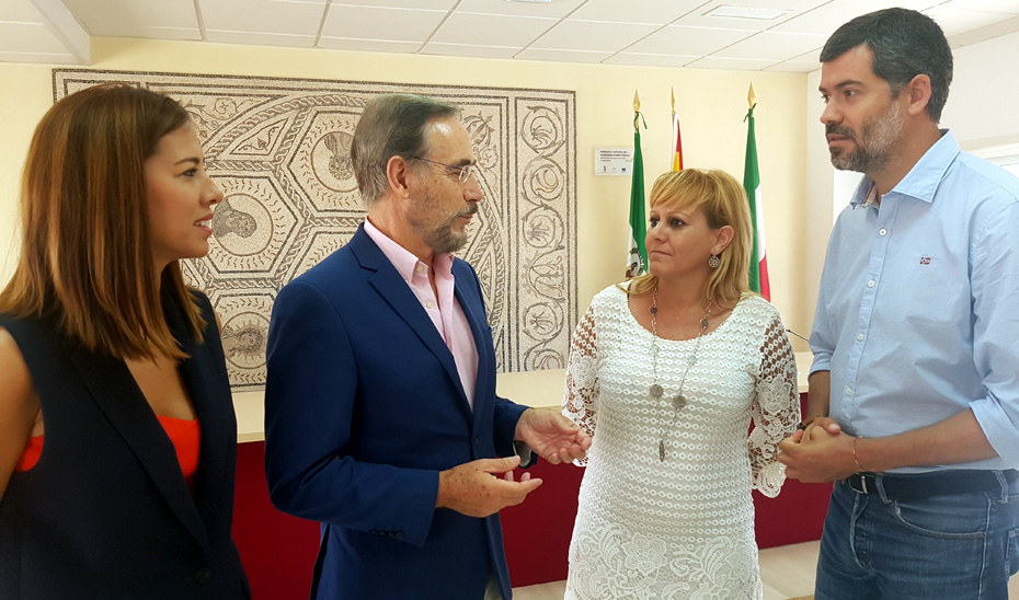 El consejero de Fomento y Vivienda, Felipe López, se ha reunido con la alcaldesa de Santiponce, Carolina Casanova, para abordar la medida.