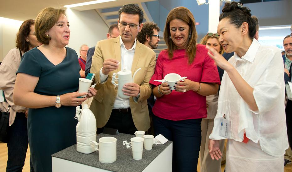 Sonia Gaya junto a la escultora y ceramista Yukiko Kitahara.