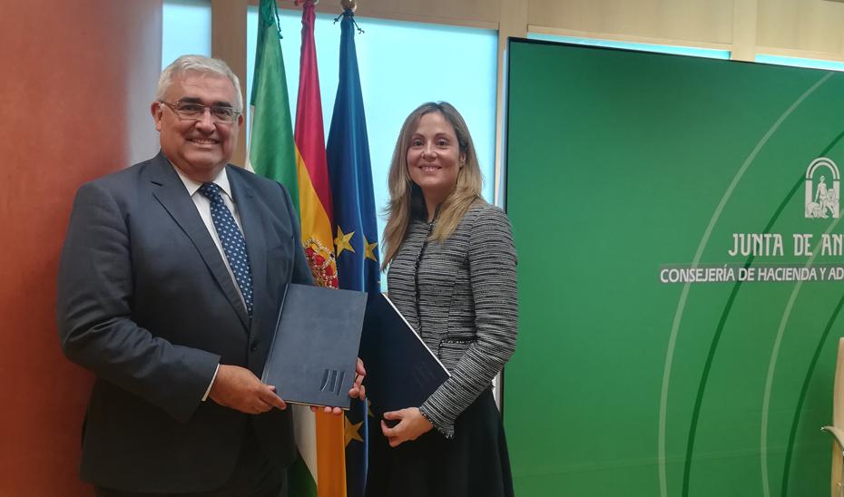 Antonio Ramírez de Arellano y Emma Navarro, tras la firma del acuerdo.