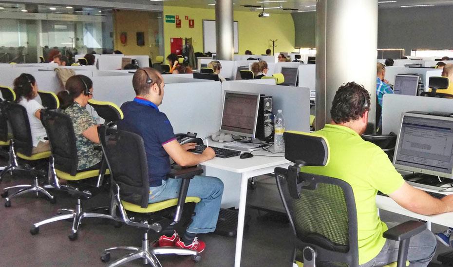 Teleoperadores de Salud Responde durante una jornada de trabajo.